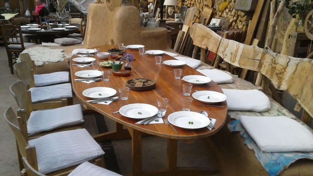 een mooi gedekte tafel voor de feestgasngers