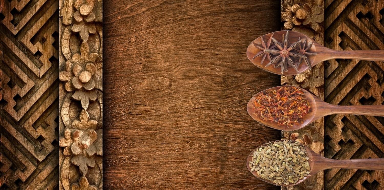 houten paneel met houtenlepels en specerijen